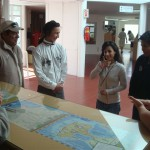 Informantes explicando las salas del centro de visitantes en lengua de señas