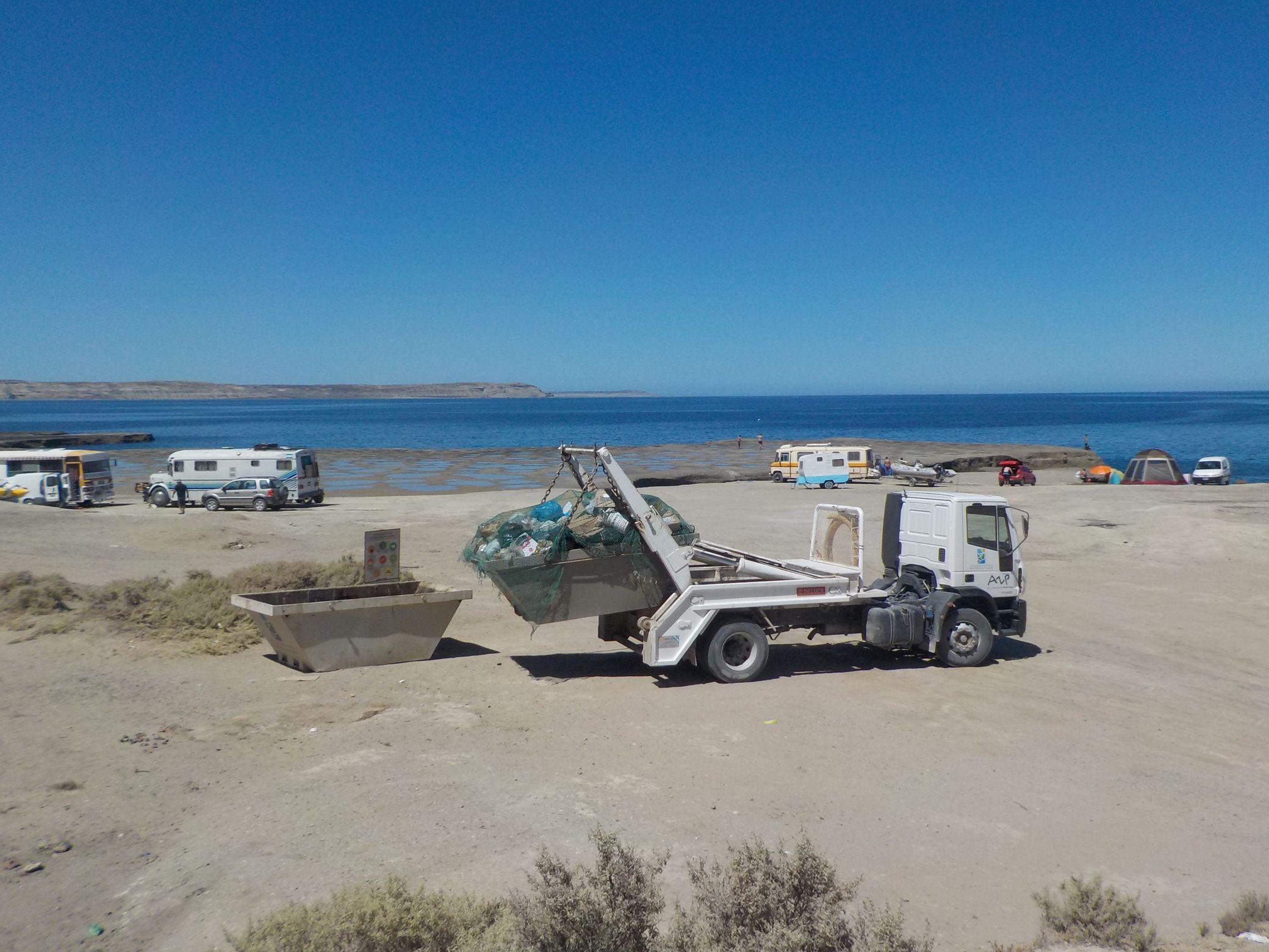 e colocaron contenedores de residuos en las playas de Larralde y Villarino, Punta Pardelas y Punta Gales.